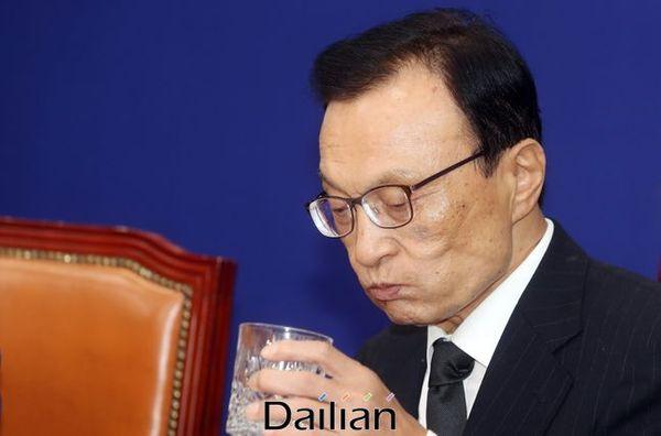 이해찬 더불어민주당 대표가 13일 오전 국회에서 열린 최고위위원회의에서 발언을 마친 뒤 물을 마시고 있다.ⓒ데일리안 박항구 기자