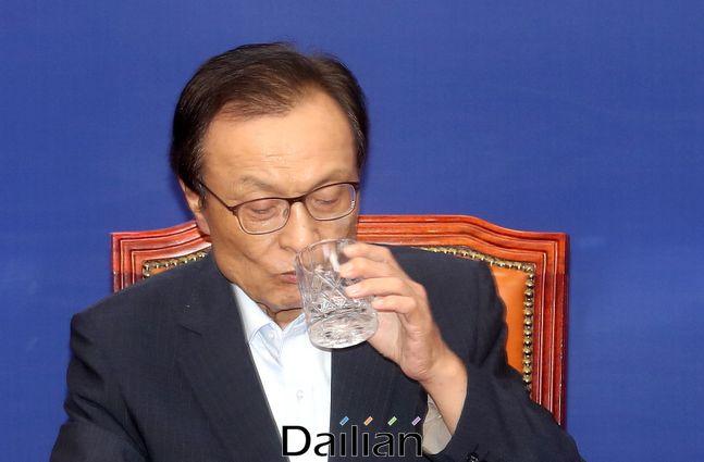 이해찬 더불어민주당 대표가 물을 마시고 있는 모습. ⓒ데일리안 박항구 기자