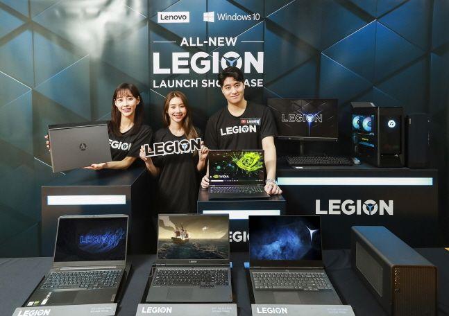 게임 크리레이터 나라카일(오른쪽)과 모델들이 14일 진행된 레노버 리전 5세대 출시 온라인 기자간담회에서 게이밍 노트북, 데스크톱, 모니터 등으로 완성된 '리전(Legion)' 5세대 라인업을 선보이고 있다.ⓒ한국레노버
