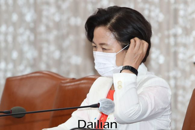지난 14일 오전 서울 종로구 정부서울청사에서 열린 국무회의에 참석했던 추미애 법무부 장관의 모습. ⓒ데일리안 류영주 기자