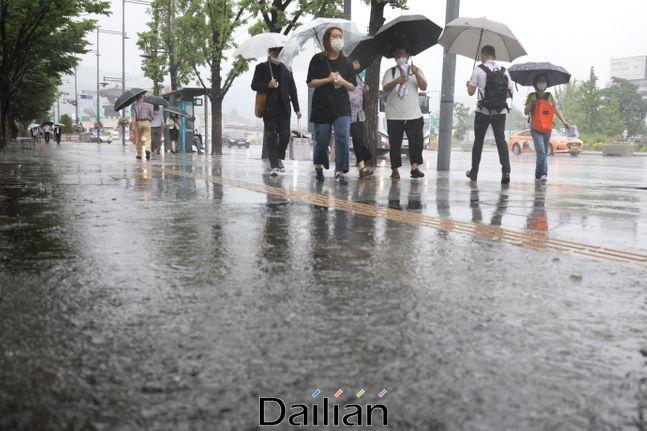 서울 종로구 광화문광장 인근에 우산을 쓴 시민들이 발걸음을 옮기고 있다.(자료사진)ⓒ데일리안 류영주 기자