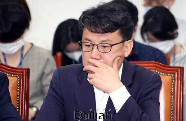 더불어민주당 전략기획위원장을 맡고 있는 진성준 의원이 17일 오전 국회에서 열린 최고위원회의에서 굳은 표정을 하고 있다. ⓒ데일리안 박항구 기자