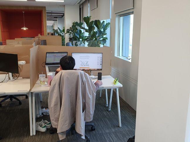 서울 종로구 SK텔레콤 '거점 오피스'에서 한 직원이 근무하고 있는 모습.ⓒSK텔레콤