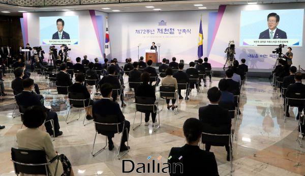 17일 오전 국회에서 열린 제72주년 제헌절 경축식에서 박병석 국회의장이 경축사를 하고 있다. ⓒ데일리안 박항구 기자