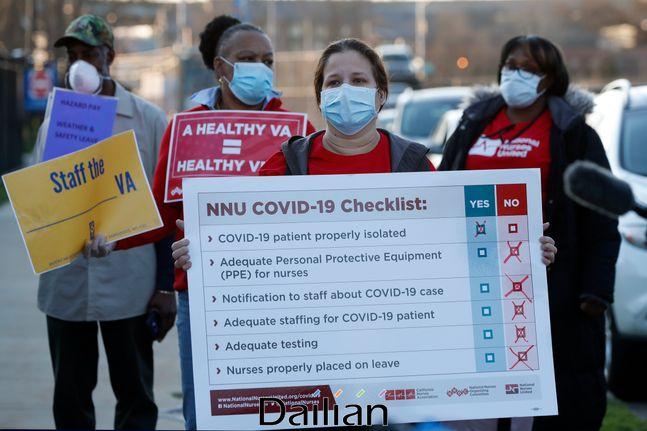 지난 4월 6일(현지시각) 미국 뉴욕 브루클린의 재향군인관리국 의료센터 밖에서 의료진과 재향군인관리국 직원들이 간호사들과 함께 개인보호장비(PPE)와 인력 지원을 요구하는 시위를 벌이고 있다(자료사진). ⓒAP/뉴시스