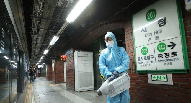 서울 송파 60번 확진자와 관련한 신종 코로나바이러스 감염증(코로나19) 감염자가 11명으로 늘었다. ⓒ연합뉴스