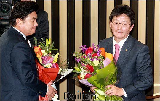 유승민 전 의원이 지난 2015년 2월 국회에서 열린 새누리당 의원총회에서 원내대표로 선출된 직후, 꽃다발을 받은 뒤 입을 굳게 다물고 있다(자료사진). ⓒ데일리안 박항구 기자