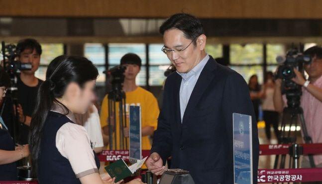 이재용 삼성전자 부회장이 일본의 수출규제가 시작된 직후인 2019년 7월 7일 오후 서울 김포공항을 통해 일본으로 출국하고 있다. ⓒ연합뉴스