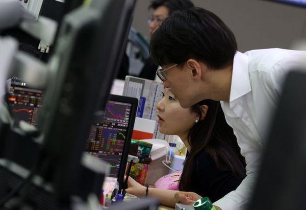 성장주의 단기 밸류에이션 부담이 높아진 가운데 가치주 등 경기민감주에 외국인 매수세가 쏠리고 있다. 사진은 서울 중구 하나은행 딜링룸에서 직원들이 대화를 나누는 모습.ⓒ뉴시스