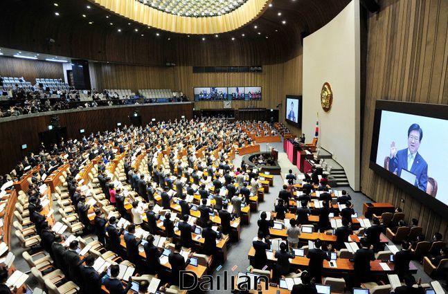 지난 16일 오후 서울 여의도 국회 본회의장에서 열린 제21대 국회 개원식에서 박병석 국회의장과 여야 국회의원들이 국회의원 선서를 하고 있다.ⓒ데일리안 박항구 기자