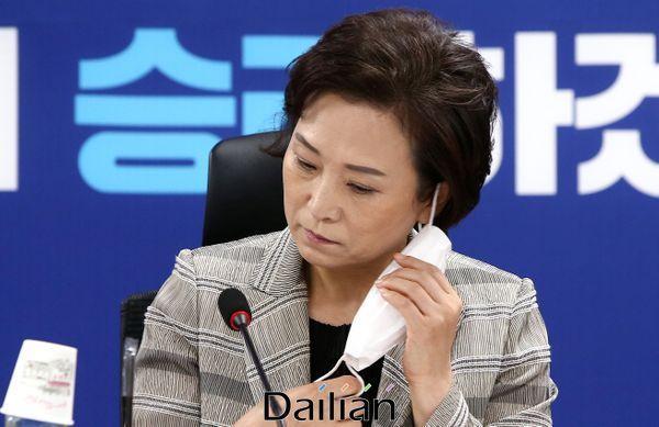 김현미 국토교통부장관이 지난 15일 국회 의원회관에서 열린 부동산대책 당정협의에서 마스크를 벗고 있다. ⓒ데일리안 박항구 기자