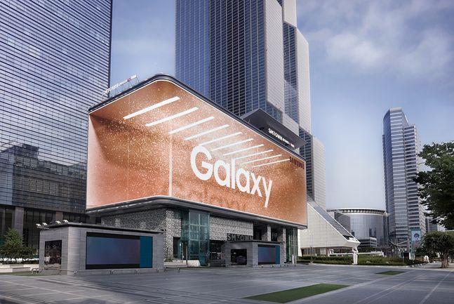 서울 삼성동 코엑스 빌딩에 나타난 삼성전자 '갤럭시 언팩 2020' 옥외광고.ⓒ삼성전자