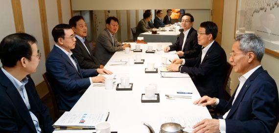 은성수 금융위원장(오른쪽 두번째)이 23일 서울 중구 모처에서 KB·신한·하나·우리·NH농협금융그룹 등 5대 금융지주 회장들과 비공개 조찬 간담회를 갖고 있다. 사진=금융위원회 제공