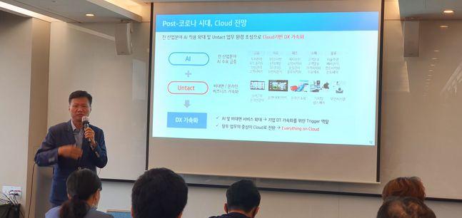 윤동식 KT Cloud·DX사업단장(전무)이 23일 서울 종로구 광화문 S타워에서 열린 '클라우드 기반 디지털 혁신 전략' 스터디에서 클라우드 전망에 대해 설명하고 있다.ⓒ데일리안 이건엄 기자