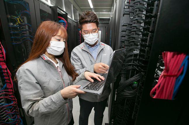 서울 동에 구축된 클라우드 데이터 센터에서KT직원들이 인프라를점검하고 있다.ⓒKT