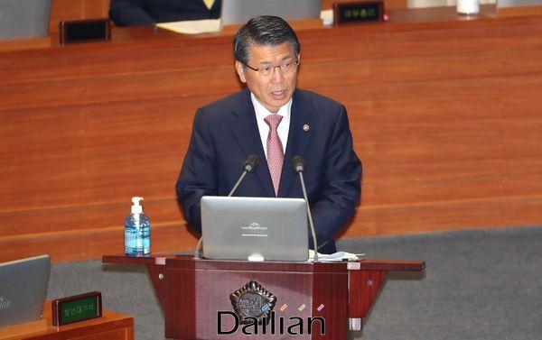 은성수 금융위원장이 23일 국회 본회의 경제분야 대정부질문에서 의원들의 질문에 답변하고 있다.ⓒ데일리안 박항구 기자