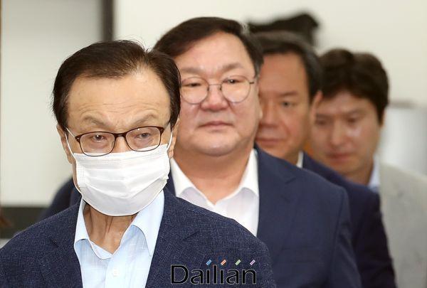 이해찬 더불어민주당 대표가 27일 오전 국회에서 열린 최고위원회의에 참석하고 있다. ⓒ데일리안 박항구 기자