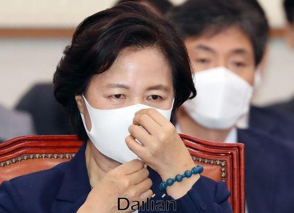 추미애 법무부 장관이 27일 국회에서 열린 법제사법위원회 전체회의에서 마스크를 만지고 있다.ⓒ데일리안 박항구 기자
