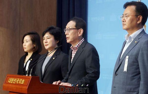 법사위 미래통합당 김도읍 간사외 의원들이 국회 소통관에서 기자회견을 하고 있다. 왼쪽부터 전주혜, 조수진, 김도읍, 유상범 의원(자료사진). ⓒ데일리안 박항구 기자