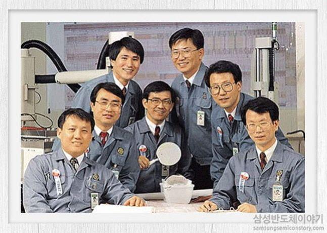 삼성전자 64메가 D램 개발 주역들. 가운데가 권오현 고문(당시 D램 개발팀장), 오른쪽에서 두번째가 전동수 전 사장.ⓒ삼성전자