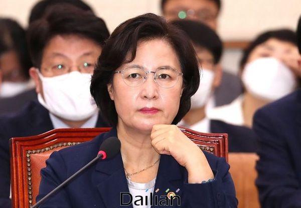 추미애 법무부장관이 29일 국회 법사위 전체회의에 참석해 의원들의 발언을 청취하고 있다. ⓒ데일리안 박항구 기자