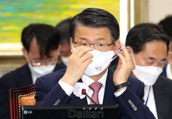 은성수 금융위원장이 29일 국회에서 열린 국회 정무위원회 전체회의에 출석해 마스크를 만지고 있다.ⓒ데일리안 박항구 기자