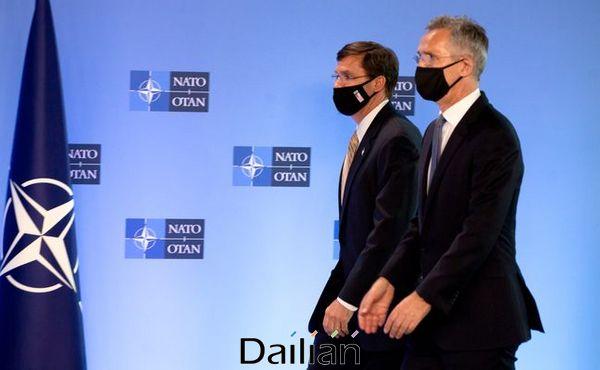 마크 에스퍼 미국 국방장관(왼쪽)과 옌스 스톨텐베르그 나토(NATO·북대서양조약기구) 사무총장이 지난 6월 26일(현지시각) 브뤼셀 나토 본부에서 마스크를 쓰고 기자회견장에 입장하고 있다. ⓒAP/뉴시스