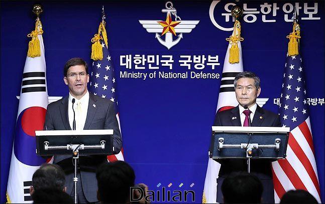 (오른쪽부터) 정경두 국방부 장관과 마크 에스퍼 미국 국방부 장관(자료사진). ⓒ사진공동취재단