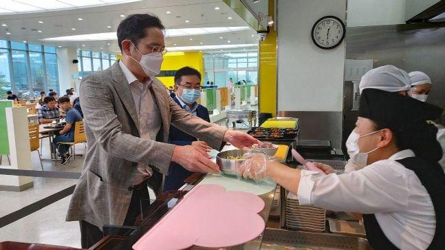 이재용 삼성전자 부회장이 30일 충남 온양 삼성전자 사업장 내 구내식당에서 배식을 받고 있다.ⓒ삼성전자
