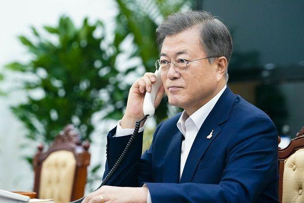 문재인 대통령이 28일 오후 청와대 여민관에서 저신다 아던 뉴질랜드 총리와 전화 통화하고 있다.(사진=청와대 제공) ⓒ뉴시스