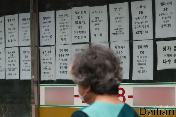계약갱신청구권제와 전월세상한제가 31일부터 시행된다. 사진은 서울의 한 공인중개소 모습. ⓒ데일리안 류영주 기자