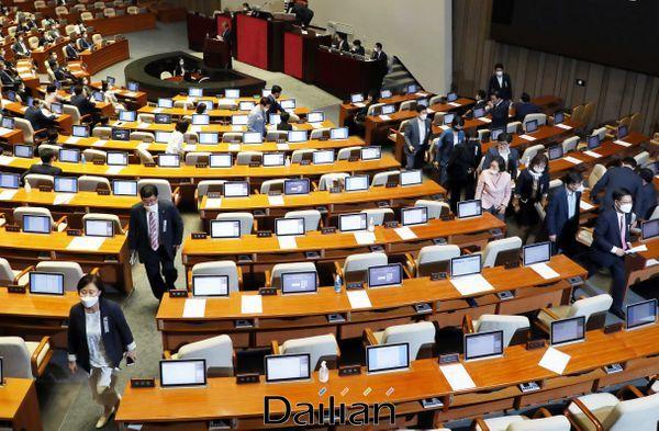 30일 오후 열린 국회 본회의에서 주택밈대차보호법이 상정된 후 미래통합당 의원들이 조수진 의원의 반대토론이 끝나자 집단 퇴장하고 았다. ⓒ데일리안 박항구 기자