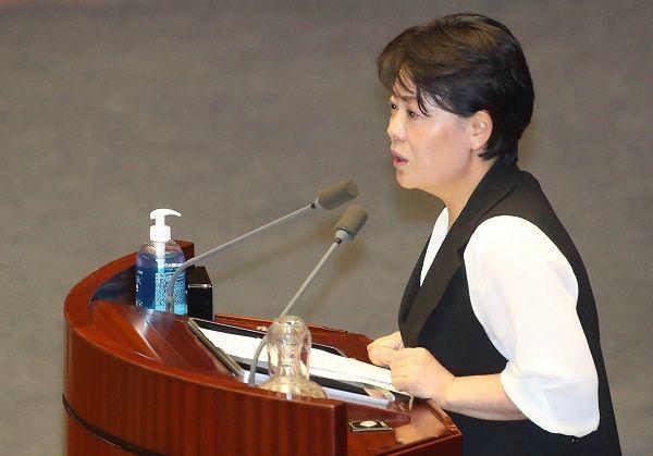 윤희숙 미래통합당 의원이 30일 서울 여의도 국회에서 열린 본회의에서 5분 발언하고 있다. ⓒ뉴시스