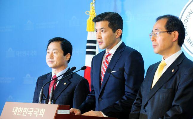홍정욱 전 의원이 한미 FTA 문제를 둘러싸고 여야의 팽팽한 대립이 이어지던 2011년 11월, 국회 정론관에서 김성곤 민주당 전 의원과 함께 각 당이 일방적 처리 및 물리적 저지에 나서지 않을 것을 촉구하는