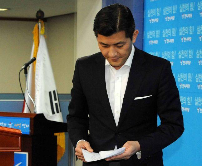 홍정욱 전 의원이 지난 2011년 12월 여의도 한나라당사 기자실에서 19대 총선 불출마 선언을 하고 있다. ⓒ뉴시스