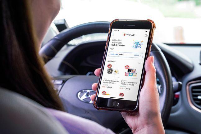 SK텔레콤 모델이 'T맵쇼핑'을 이용하고 있는 모습.(자료사진)ⓒSK텔레콤