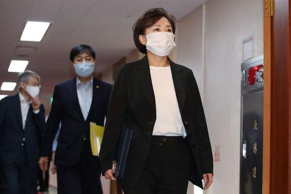 김현미 국토교통부 장관이 지난달 31일 오전 서울 종로구 정부서울청사에서 열린 임시 국무회의에 참석하고 있다.이날 임시 국무회의에서는