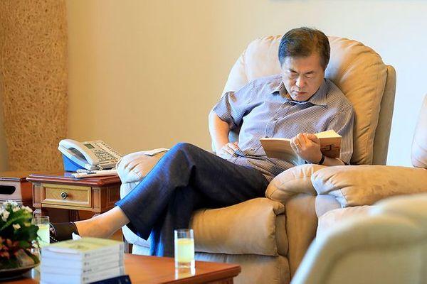 문재인 대통령이 올해 여름휴가를 취소했다. 사진은 문 대통령이 2018년 8월 2일 계룡대에서 독서를 하고 있는 모습. ⓒ청와대