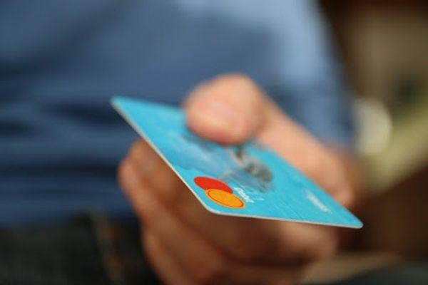 내년부터 개인을 대상으로 하는 신용카드 발급 기준이 한층 완화될 전망이다. 그러나 카드론 등 카드대출을 3개 이상 카드사에서 동시다발적으로 이용 중인 다중 채무자에 대해서는 카드 발급에 제한을 두기로 했다. ⓒ연합뉴스