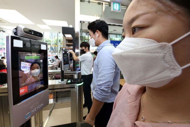 서울 H+양지병원 내원객이 1층 로비에 위치한 지능형 방문자 관리 시스템이 적용된 출입 게이트를 통과하는 모습.ⓒLG유플러스