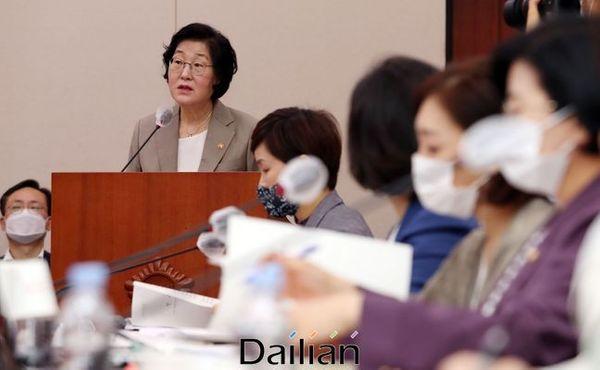 이정옥 여성가족부 장관이 3일 국회에서 열린 여성가족위원회 전체회의에서 업무보고를 하고 있다. ⓒ데일리안 박항구 기자