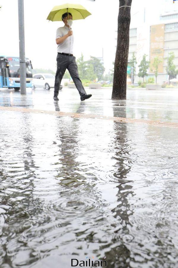 서울 종로구 광화문광장 인근에 우산을 쓴 시민들이 발걸음을 옮기고 있다. ⓒ데일리안 류영주 기자