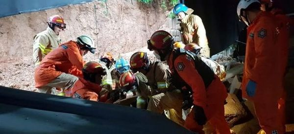 3일 오전 경기도 평택시 청북읍의 한 공장 건물에 토사가 들이닥쳐 소방대원들이 구조작업을 하고 있다. ⓒ연합뉴스