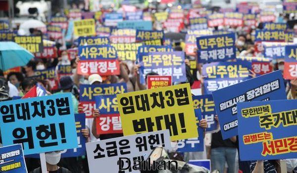지난 1일 오후 서울 여의도공원 인근에서 열린 두번째 전국민 조세저항 국민집회에서 6.17 규제 소급적용 피해자 구제를 위한 모임 등 참석자들이 정부의 부동산 정책을 규탄하고 있다. ⓒ데일리안 류영주 기자