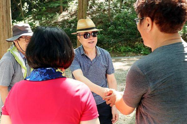 문재인 대통령이 지난 2018년 8월 2일 오전 대전팔경 중 하나인 대전 장태산휴양림에서 산책하고 있다. ⓒ청와대