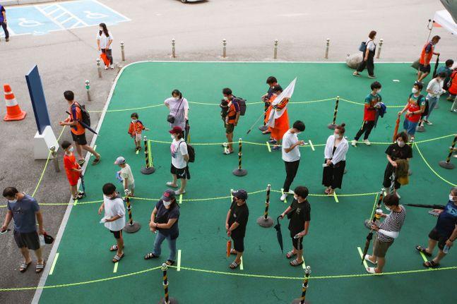강원FC의 홈경기를 찾은 관중들이 1m 이상 거리를 두고 입장하고 있다. ⓒ 한국프로축구연맹
