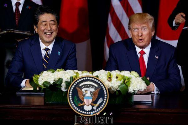 (오른쪽부터) 도널드 트럼프미국 대통령과 아베 신조 일본 총리(자료사진). ⓒ AP/뉴시스