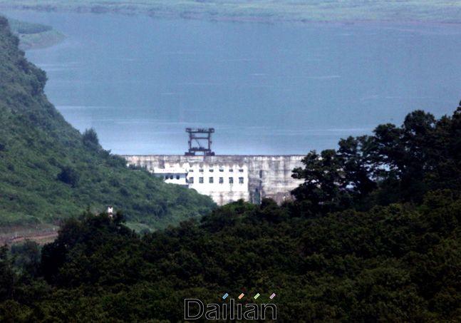 경기 파주시 군남댐 인근에서 바라본 북한측 비무장지대(DMZ) 임진강 상류에
