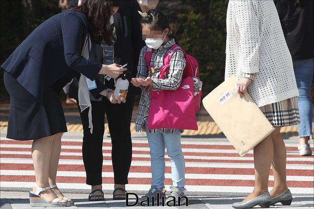 코로나19 사태로 미뤄진 초등학교 등교수업이 재개된 지난 5월 27일 오전 서울 성북구 월곡초등학교에서 1, 2학년 학생들이 등교를 하며 손소독을 하고 있다. ⓒ데일리안 홍금표 기자