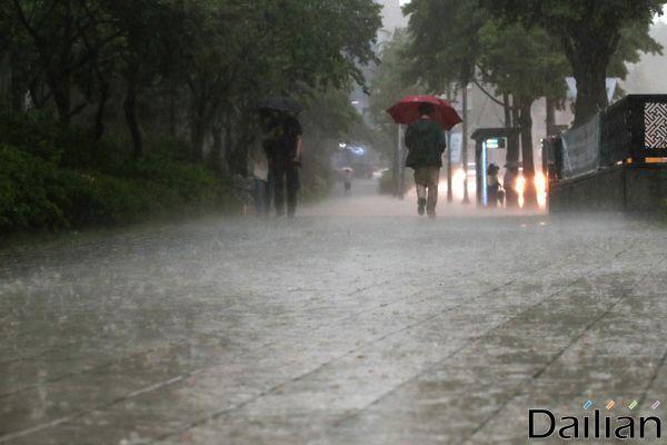 수도권과 중부 지방을 중심으로 나흘째 강한 비가 쏟아지며 피해 규모가 커지고 있는 가운데 시민들이 우산을 쓰고 발걸음을 옮기고 있다.ⓒ데일리안 류영주 기자